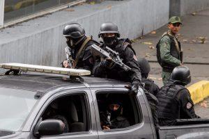 CAR02. CARACAS (VENEZUELA), 13/07/2015.- Miembros del Servicio Bolivariano de Inteligencia Nacional (Sebin) participan en un operativo en el sector Cota 905 hoy, lunes 13 de julio de 2015, en Caracas (Venezuela). La Guardia Nacional Bolivariana (GNB, policía militarizada) de Venezuela despliega hoy un vasto operativo contra la delincuencia en una populosa zona del oeste de Caracas, con soldados y policías apoyados por tanquetas y helicópteros. EFE/Miguel Gutiérrez
