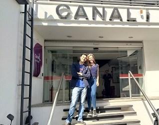 Renny Naredo y Odalin Martin, miembros de Desde La Butaca, quieren celebrar con todos sus colegas y amigos un nuevo logro, la llegada a la televisión nacional.