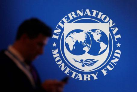 Un participante está de pie cerca de un logo del FMI en el encuentro anual 2018 del Fondo Monetario Internacional y el Banco Mundial en Nusa Duaa, Bali, Indonesia, 12 de octubre de 2018. REUTERS/Johannes P. Christo