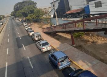 Largas colas se observan en la avenida Soublette para cargar combustible en el Batallón Bolívar. El personal del sector salud pasa entre 24 y 48 horas para surtir de gasolina sus vehículos