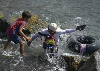 Jonny Gómez, albañil de oficio de 22 años de edad, regresa a la costa después de pasar un día pescando en mar abierto en su cámara neumática, en Playa Escondida, La Guaira