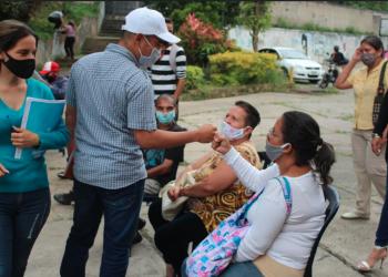 En la comunidad Villalobos, los candidatos conversaron con los vecinos de la zona sobre las condiciones dentro de la estructura comunitaria