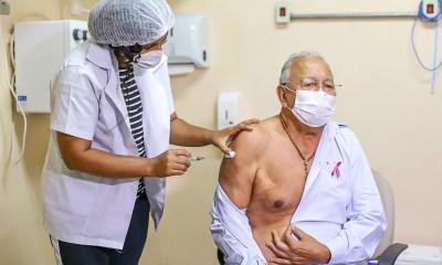 Dr. Pessoa toma 3ª dose e ressalta a importância da vacinação