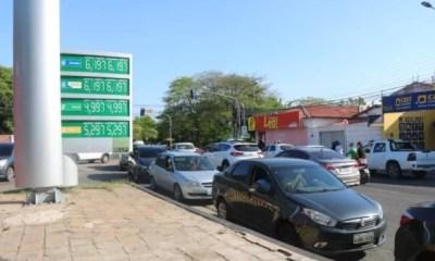 Com gasolina mais cara do país, teresinenses enfrentam fila para abastecer com gasolina mais barata