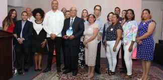 Las directivas de Fundace y del Club reconoce al doctor Pablo Díaz al entregarse una placa