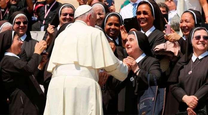 Papa Francisco con religiosas en el Vaticano. Foto: Daniel Ibáñez / ACI Prensa