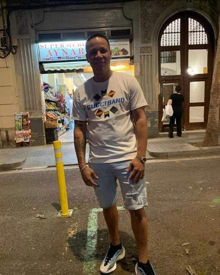 Vladimir Guzmán Flores, quien residía en España y se encontraba de visita en el país desde el pasado mes de diciembre, fue interceptado por sus verdugos cuando salía de una farmacia ubicada en la calle Alonzo de Espinosa esquina Mauricio Báez, luego de haberle comprado un helado a su hija de apenas 9 años de edad.