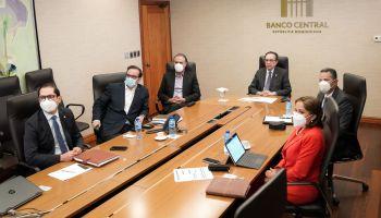 En esta reunión, el gobernador Valdez Albizu estuvo acompañado por la vicegobernadora Clarissa de la Rocha de Torres; Máximo Rodríguez, director del Departamento de Regulación y Estabilidad Financiera; Brenda Villanueva, directora del Departamento Internacional; y Natalia Rojas, coordinadora técnica del Departamento de Regulación y Estabilidad Financiera.