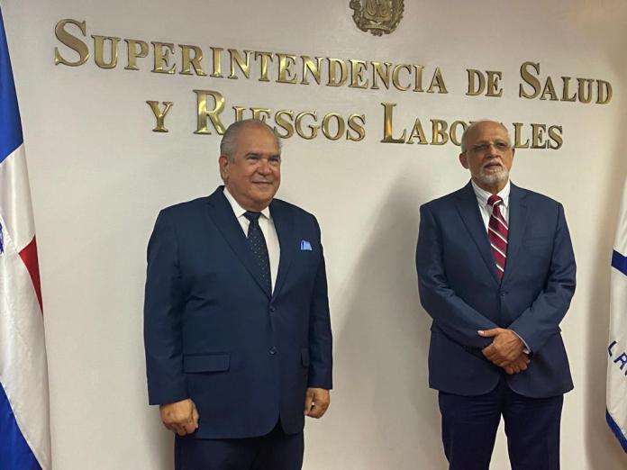 Médico Feris Iglesias toma posesión como nuevo superintendente de la SISALRIL
