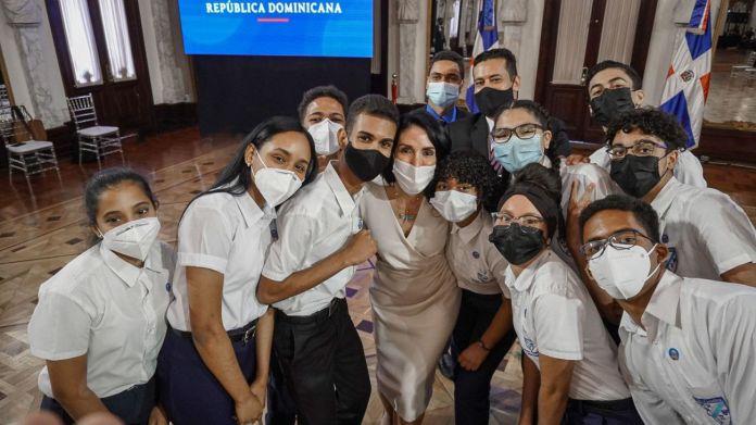 Primera dama otorga becas para el ITLA a jóvenes ganadores de concurso de la Nasa