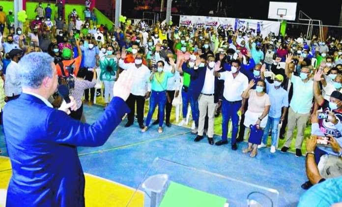 Leonel juramenta adeptos en recorrido por Santiago
