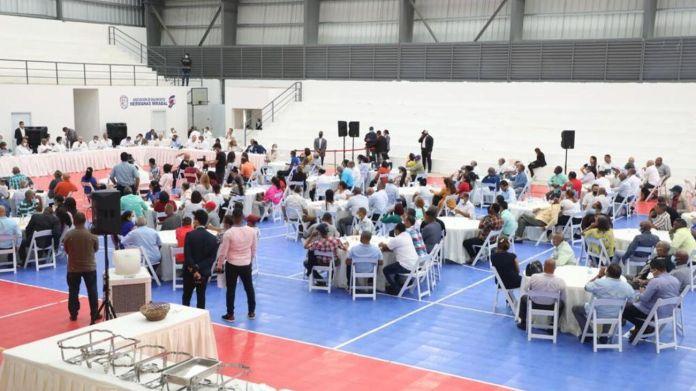 Abinader se reúne con 155 juntas de vecinos de Salcedo