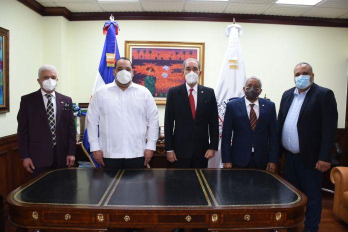 Estuvieron presentes el viceministro administrativo y financiero, José A. Cancel, el director de gabinete, Juan F. Medina y el coordinador jurídico, Diego Torres.