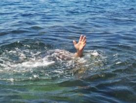 mano-del-hombre-ahogado-que-sobresale-del-agua