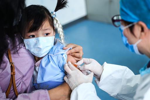 Infantes ecuatorianos se inmunizan con vacunas prestadas a otros países