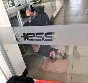 De rodillas, afiliada al IESS ruega que le entreguen medicamentos