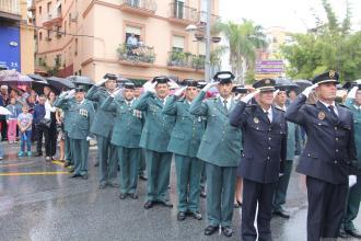 agentes-saludando-a-la-bandera-nacional-durante-el-izado-en-almunecar