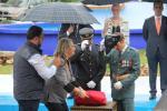 alcaldesa-entrega-la-bandera-para-el-izado-a-los-jefes-guardia-civil-y-policia-local-16