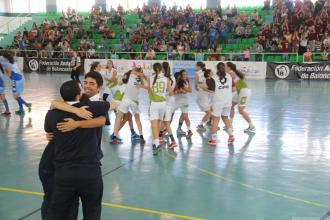 tecnicos-y-jugadores-se-abrazan-al-pitar-el-final-del-partido-en-almunecar-16