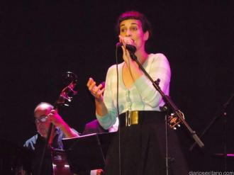 vocalista-en-la-insostenible-big-band-en-almunecar-16