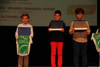 alvaro-valderrama-con-maillot-de-campeon-andalucia-bmx-7-y-8-anos