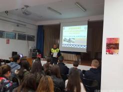 POLICIA LOCAL DURANTE LAS CHARLAS INFORMATIVAS EN IES SEXITANOS 17 (1)