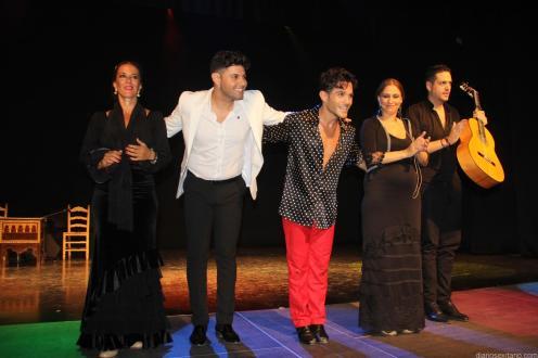 Artistas agradecen los aplausos del publico puesto en pie al final de espectáculo 17