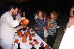 Los asistentes fueron obsequiados por un cuenco de vino donado por Bodegas Fontedei 17