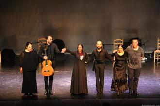 Bailaora y musicos agradecen los aplausos del publico en Almuñécar 17