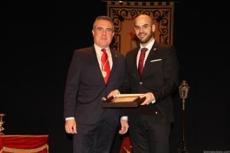 David Martin recibio un recuerdo por parte del presidente de la Agrupación de Cofradias de Almuñécar, Javier Zarcos 18