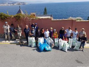 Voluntarios con la basura retirada de las rocas de Punta de la Mona 18 (1)