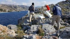 Voluntarios en plena limpieza de la zona indicada en Punta de la Mona 18
