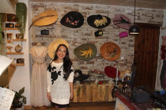 Lilian junto a nuevos productos sombreros y bolsos para cermonias 18