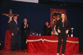 Sonia Sánchez Pozo recibe el aplauso de los asistentes al acto del Pregón Semana Santa La Herradura 18