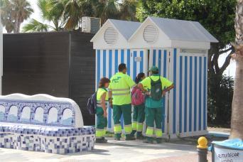 OPRARIOS DE FCC MANTENIMIENTO MODULOS DE SERVICIOS DE PLAYA EN ALMUÑECAR