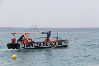 BARCOS LIMPIEZA AGUA DEL MAR HOY EN LA HERRADURA 18