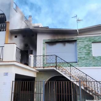 BOMBEROS ALMUÑECAR Y POLICIA LOCAL PARTICIPAN EN LA EXTINCIÓN DEL INCENDIO EN UNA VIVIENDA 21 (4)
