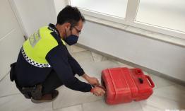 AGENTE PROCEDE A EXTRAER LA DROGA DEL INTERIOR DEL BIDON POLICIA LOCAL ALMUÑECAR B 7 21
