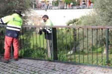 OPERARIOS RETIRAN BARANDILLA DETERIORADA EN PLAZA ACUEDUCTO ALMUÑECAR 21