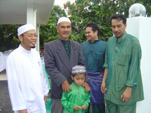Alias M Noor (berkot dan berkupiah) bersama Husam di satu majlis hari raya.