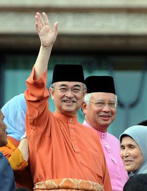 Abdullah melambai tangan perpisahan dengan kakitangan JPM.