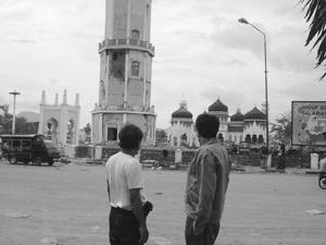 Bersama Husam merenung masjid Baitulrahman di Aceh yang teguh meskipun dilanda tsunami 2004.