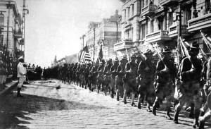 Trupat amerikane në paradë në Vladivostok, Siberi në gusht 1918. Kortezi: Arkivat Kombëtare