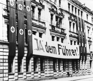 """Banderole per referendumin e vitit 1934. Thuaj """"po"""" per kapjen e postit te presidentit nga kryeministri, ose thjeshte, thuaj po per Fyrherin"""