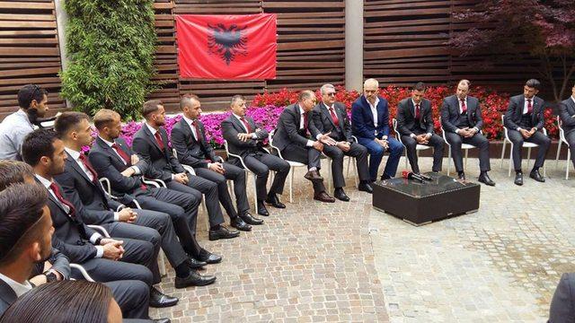 Rama me kombetaren gjate grumbullimit para Euro 2016