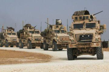 Des soldats américains tentent en vain de barrer la route à une patrouille russe en Syrie – vidéo