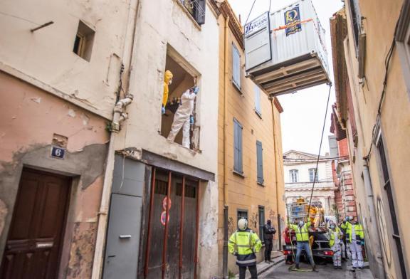 L'homme de 300 kg coincé dans son appartement a été évacué avec une grue: la façade de l'immeuble a dû être détruite