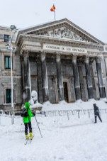 Un esquiador frente al Congreso de los Diputados