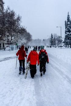 Unos esquiadores se dirigen a la glorieta del emperador Carlos V