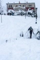 Un esquiador carga sus esquíes para bajar la pequeña cuesta que hay detrás del Prado